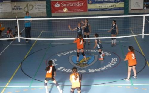 Noies jugant a volley